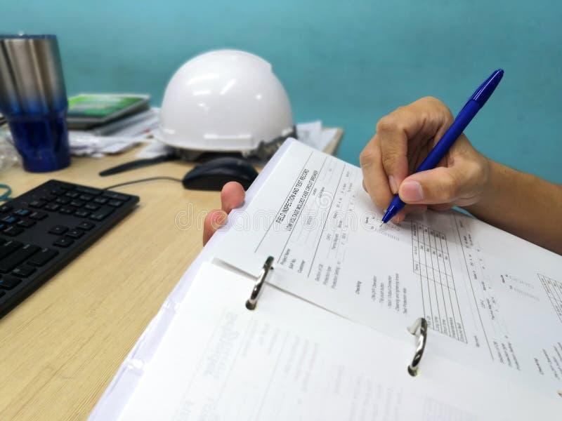 Ingenieur, der Datenblatt kontrolliert und überprüft lizenzfreies stockbild
