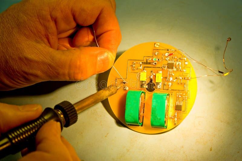Ingenieur, der ein elektronisches Stethoskop weichlötet. stockfoto