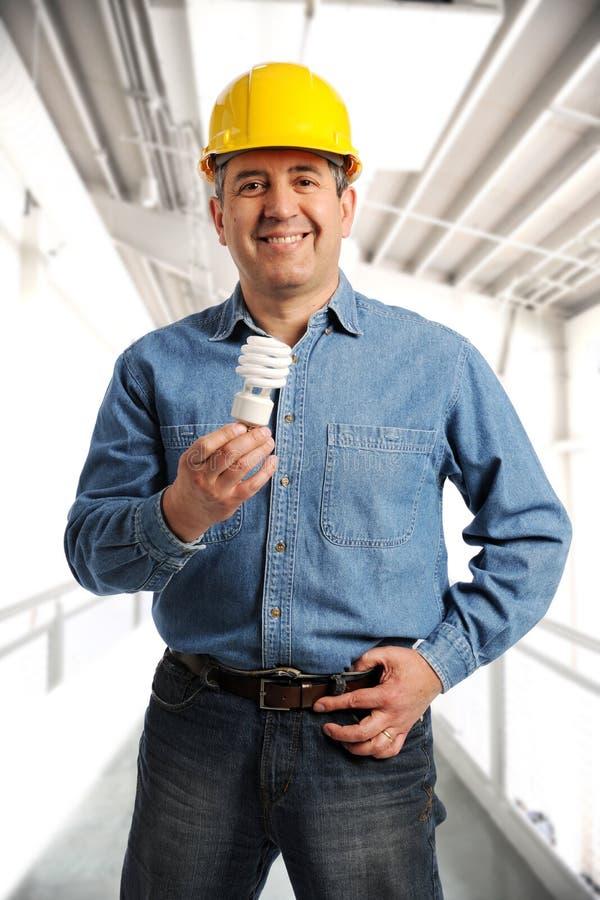 Ingenieur, der einen elektrischen Fühler anhält stockbild