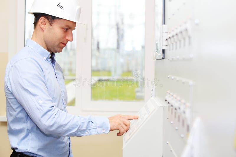 Ingenieur, der Energiesystemparameter überprüft stockfoto