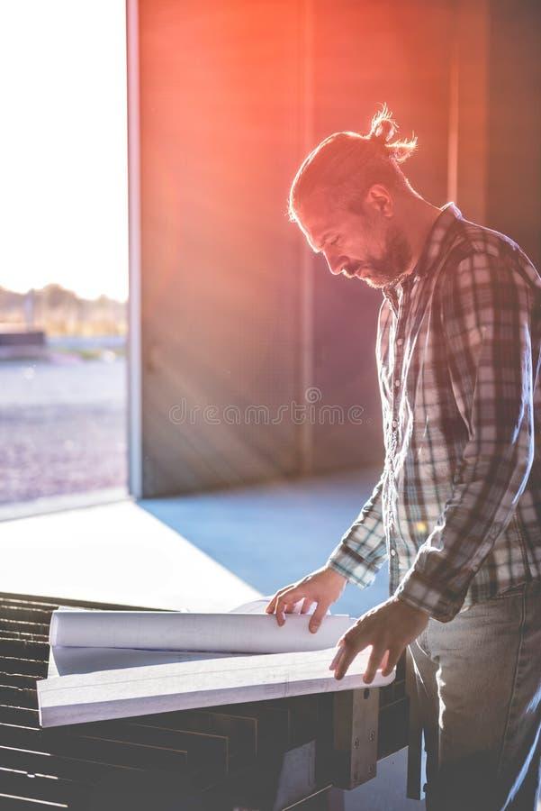 Ingenieur die controlerend blauwdruk controleren royalty-vrije stock fotografie