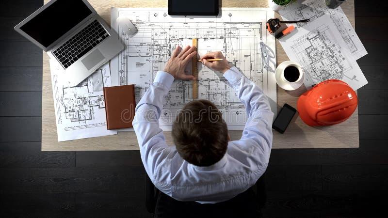 Ingenieur die de bouwtekening voor offerte voorbereiden, die correcties, hoogste mening maken royalty-vrije stock fotografie