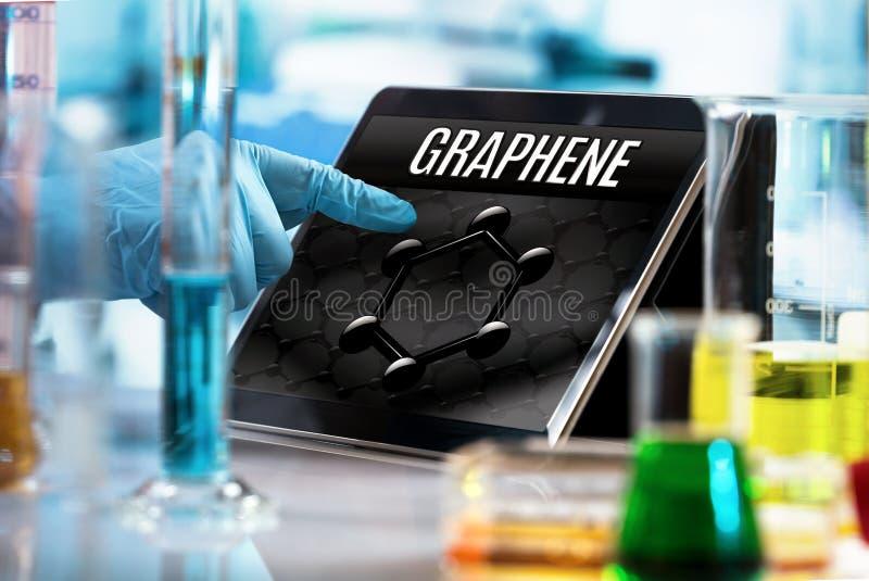 Ingenieur die in het onderzoeklaboratorium werken met de tablet en stock foto