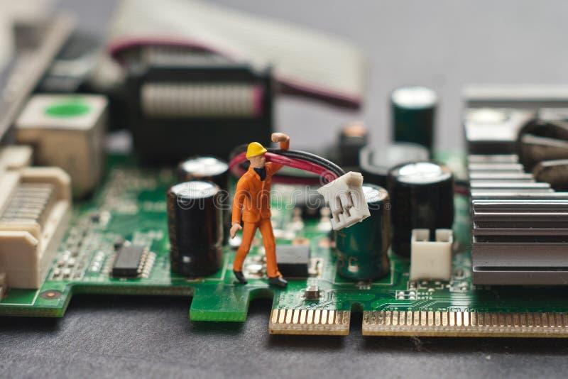 Ingenieur die kringsraad herstelt De reparatieconcept van de computer stock fotografie
