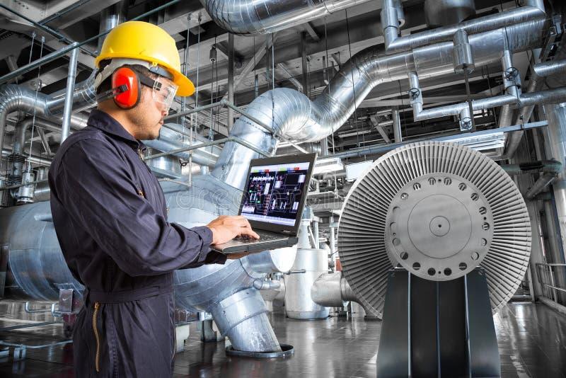 Ingenieur die laptop computer in thermische elektrische centralefabriek met behulp van royalty-vrije stock foto