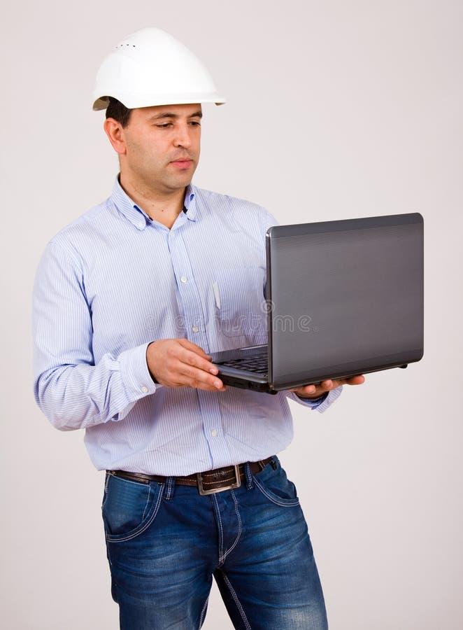 Ingenieur die in laptop werken stock fotografie