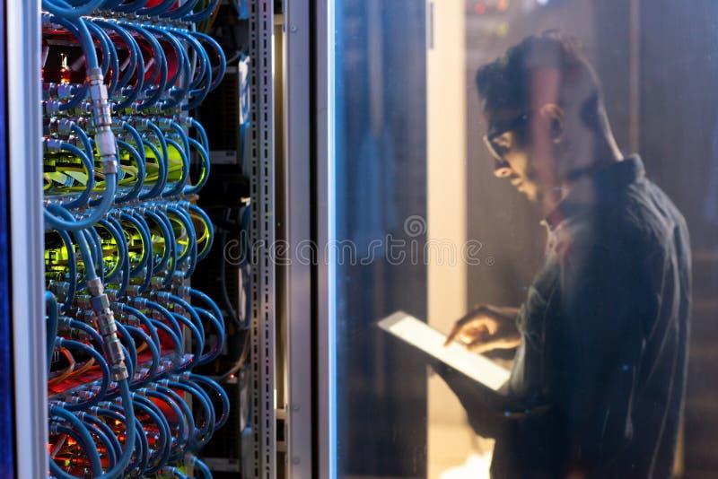 IT ingenieur die nieuwe supercomputer testen royalty-vrije stock afbeeldingen