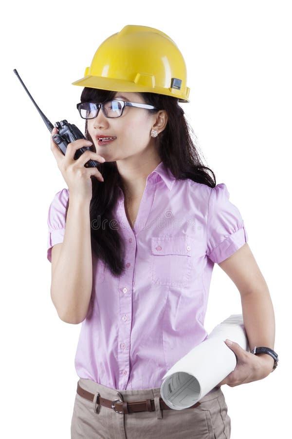 Ingenieur die op de walkie-talkie spreken stock foto