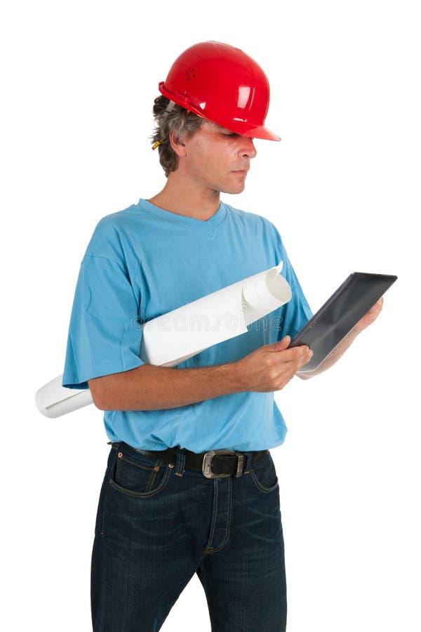 Ingenieur die op tablet kijkt royalty-vrije stock afbeelding