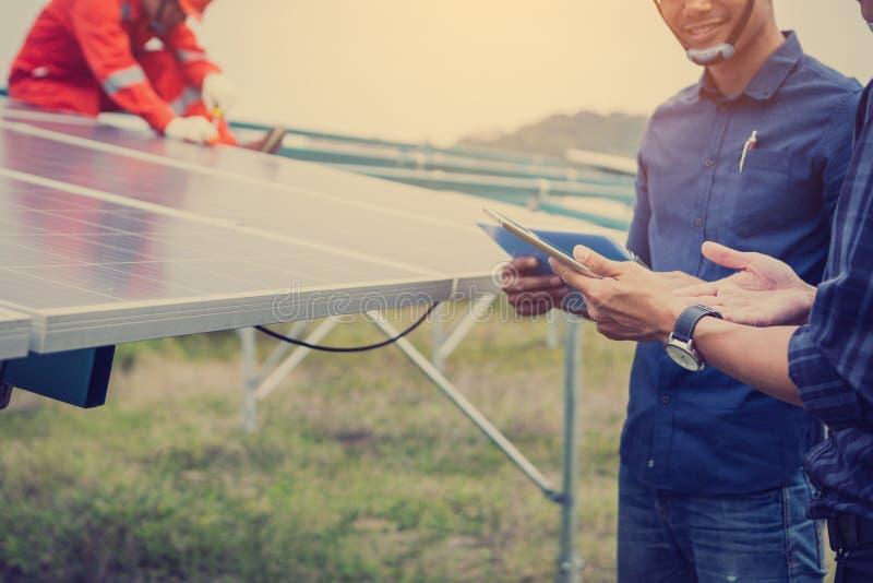 Ingenieur of elektricienholdingslaptop voor inspecteert en controlerend hoofddistributieraad door wifitechnologie; slimme technol stock foto's