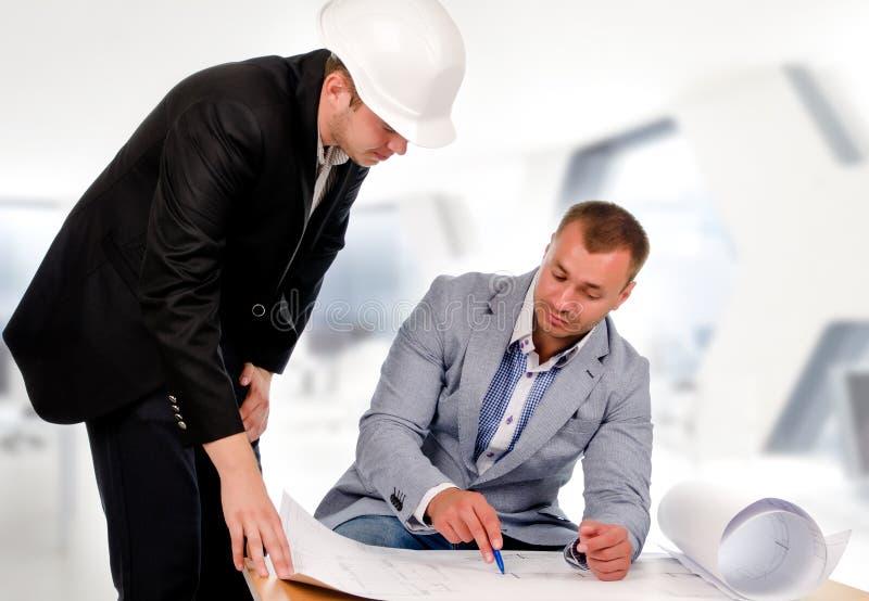 Ingenieur en Architect Talking About de Blauwdruk royalty-vrije stock fotografie