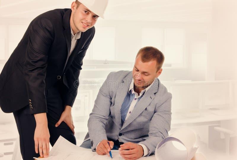 Ingenieur en Architect Talking About de Blauwdruk stock foto