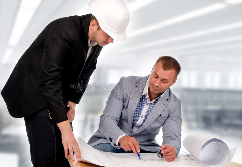 Ingenieur en Architect Talking About de Blauwdruk stock afbeelding