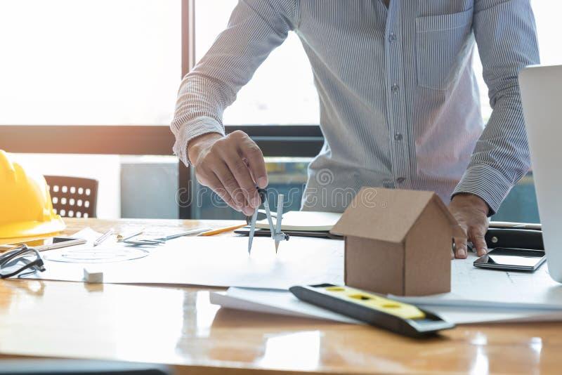 Ingenieur en Architectenconcept, het bureauteam die van IngenieursArchitects met blauwdrukken werken stock fotografie