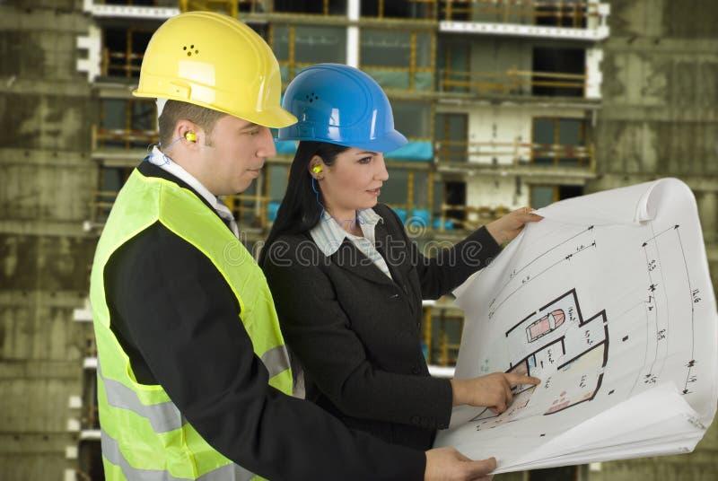 Ingenieur en cliënt op plaats stock afbeelding