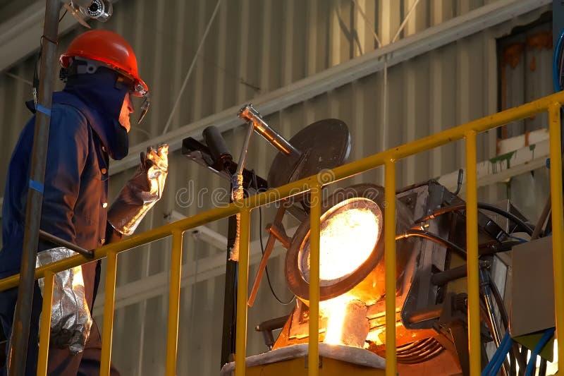Ingenieur en smelten van metaal stock afbeeldingen