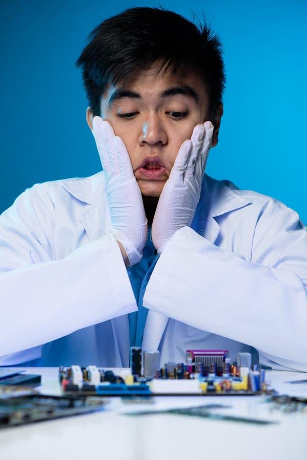 Ingenieur entsetzt mit Zustand des Motherboards stockbilder
