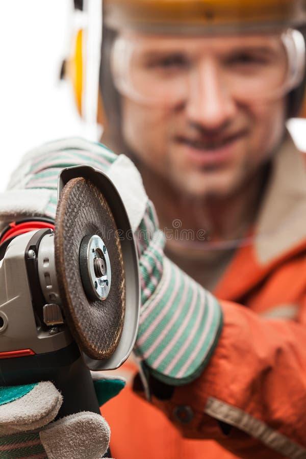 Ingenieur of handarbeidersmens die in de helm van de veiligheidsbouwvakker a houden stock afbeelding