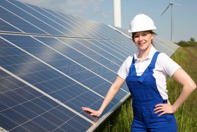 Ingenieur het stellen met zonne-energiepanelen royalty-vrije stock afbeelding