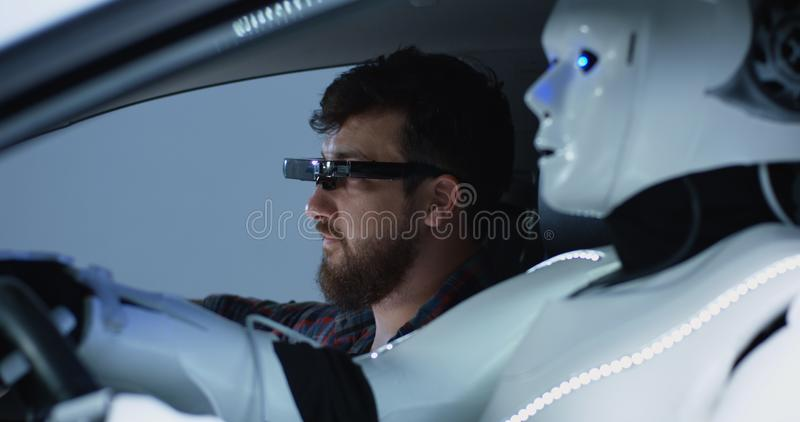 Ingenieur het testen auto het drijven robot stock afbeeldingen
