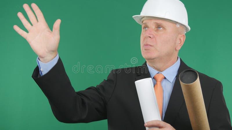 Ingenieur Image With Plans und sprechende und gestikulierende Projekte in der Hand stockbild