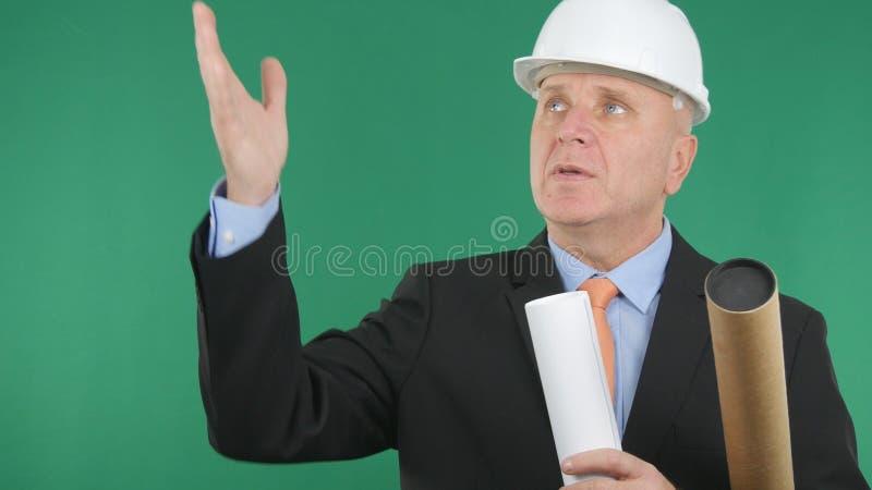 Ingenieur Image Talking And, das mit grünem Schirm im Hintergrund gestikuliert lizenzfreie stockbilder