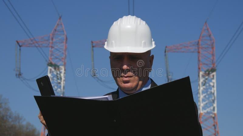 Ingenieur-Looking In Technical-Datei für Wartungs-Tätigkeit stockbilder