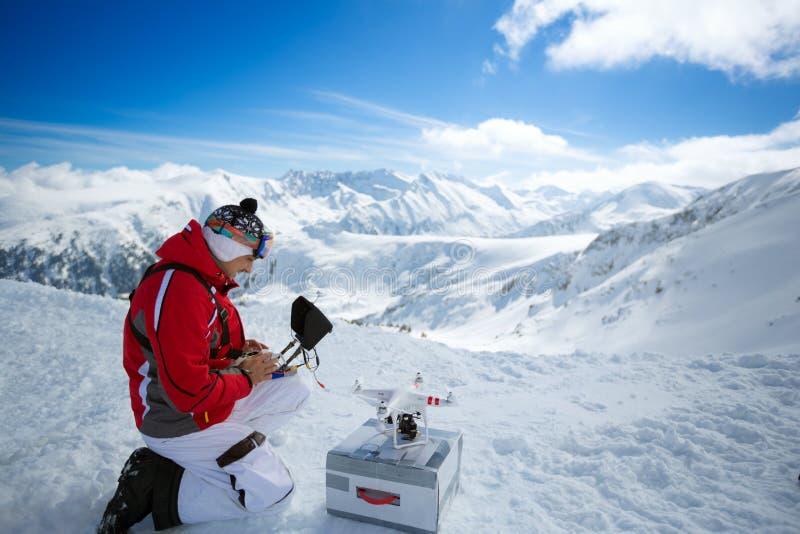 Ingenieur met afstandsbedieningen quadrocopter hommel de bergen royalty-vrije stock afbeelding