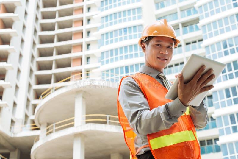 Ingenieur met digitale tablet stock afbeeldingen