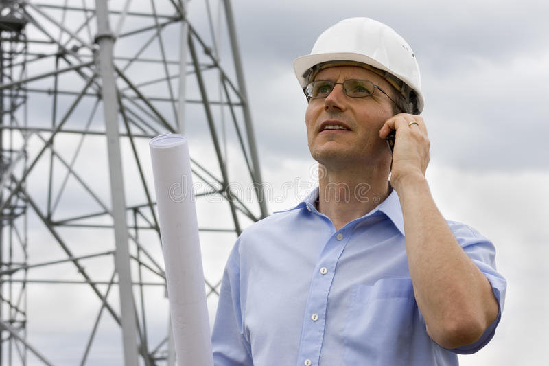Ingenieur met mobiele telefoon royalty-vrije stock fotografie