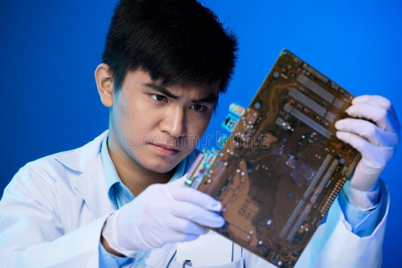 Ingenieur mit Leiterplatte lizenzfreies stockbild