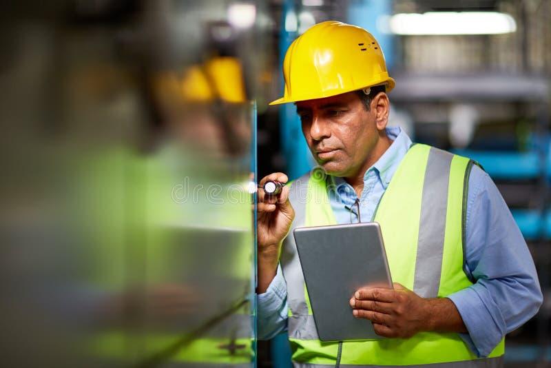 Ingenieur mit Taschenlampe stockbilder