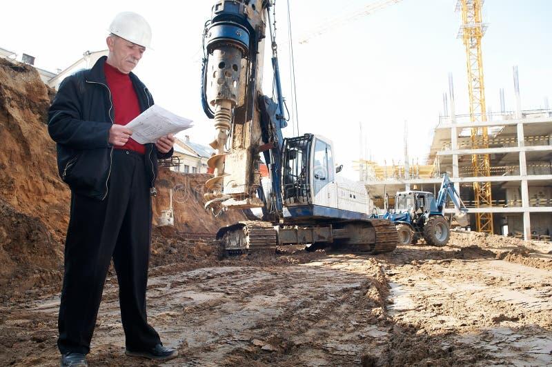 Ingenieur mit Unterlagen an lizenzfreies stockbild