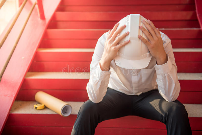Ingenieur- oder Architektengefühl ermüdet und Kopfschmerzen stockbilder