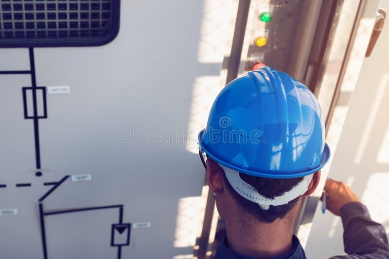 Ingenieur oder Elektriker, die an Prüfung und Wartung equi arbeiten lizenzfreies stockbild