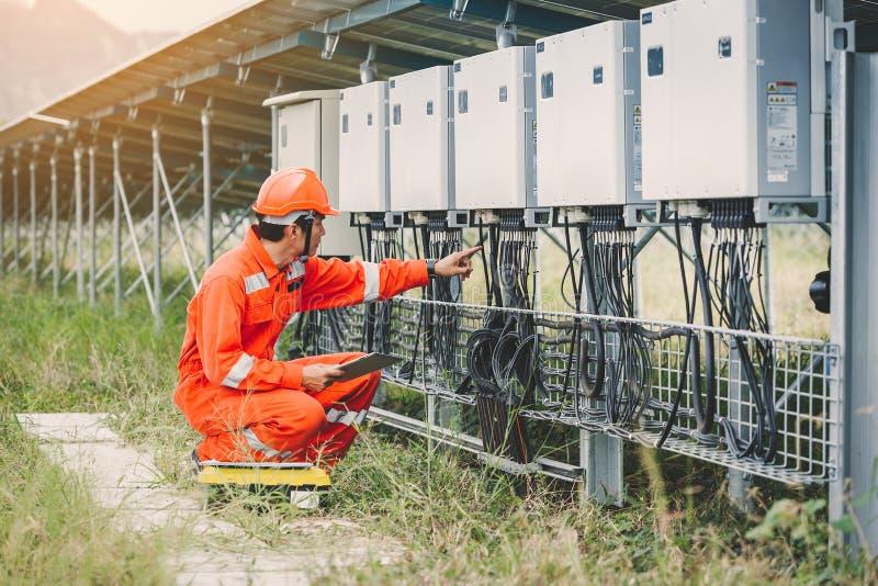 Ingenieur- oder Elektrikerholdinglaptop für kontrollieren und Prüfungschnurinverter durch wifi Technologie; intelligente Techno lizenzfreie stockbilder