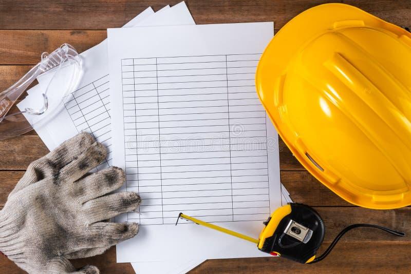Ingenieur- oder Vorarbeiterschutzausrüstung und leerer Zeitplan stockbilder