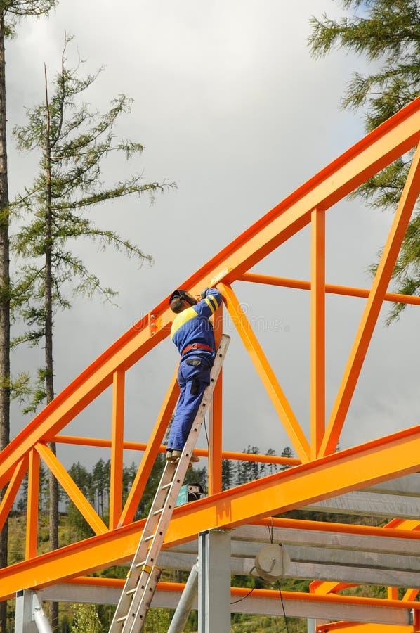 Ingenieur op de ladder stock fotografie