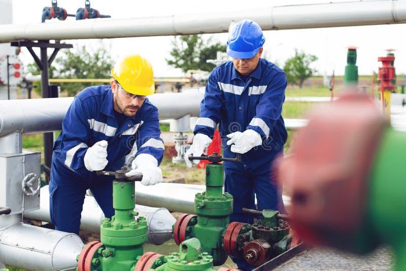 Ingenieur op het olie en aardgasgebied, pijpleiding, raffinaderij royalty-vrije stock fotografie