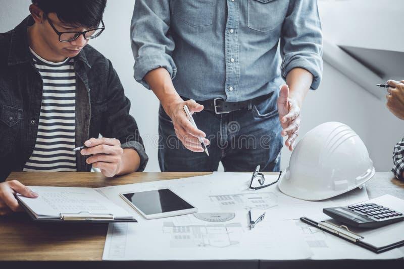 Ingenieur Teamwork Meeting, zeichnende Funktion auf Plansitzung f?r Projektfunktion mit Partner auf vorbildlichem Geb?ude und Tec lizenzfreies stockbild