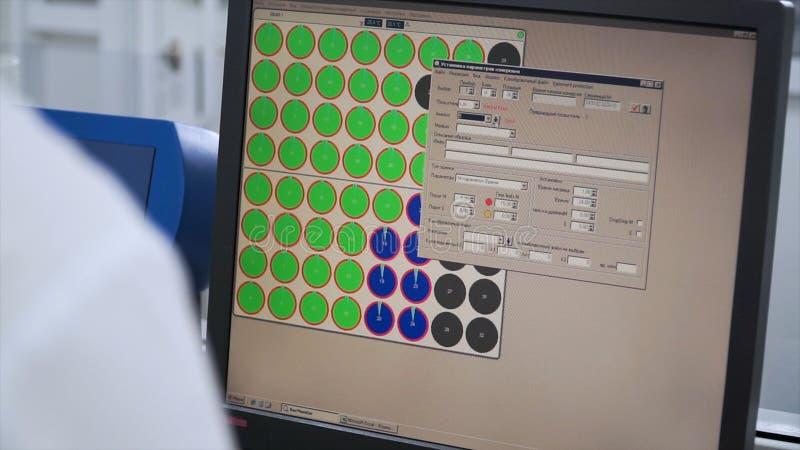 Ingenieur of technicus die aan een personal computer werken klem Ontwikkelt programmering en coderend technologieën website royalty-vrije stock foto's