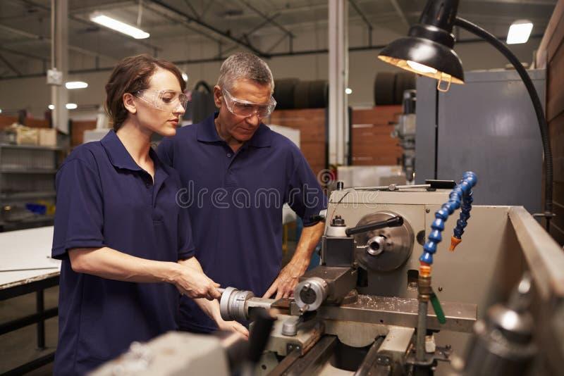 Ingenieur Training Female Apprentice auf Fräsmaschine lizenzfreie stockbilder