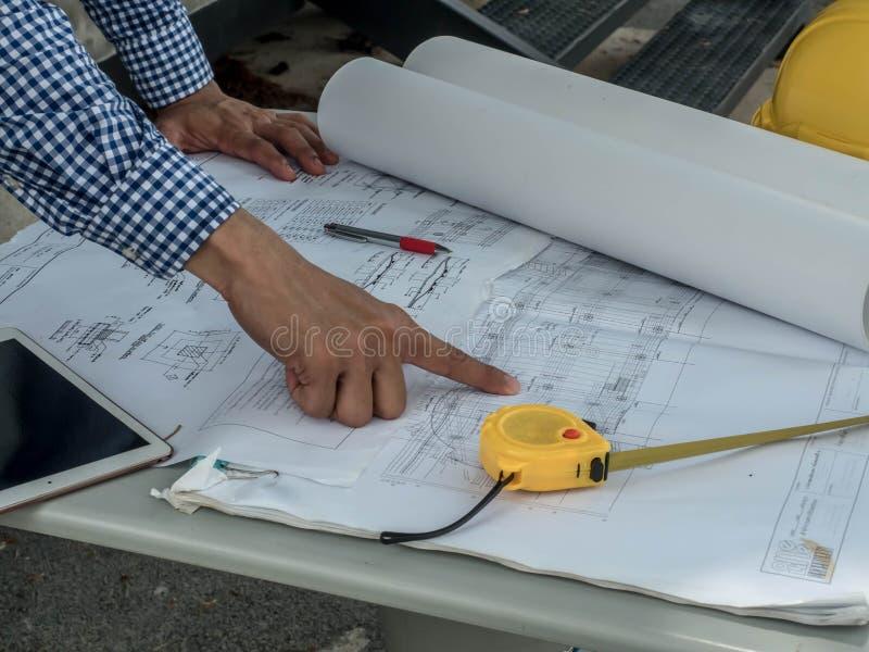 Ingenieur und Arbeitskräfte, die Projekt des Neubaus besprechen asiatische Leute der Architekten auf Baustellekontrolldokumenten  stockfoto