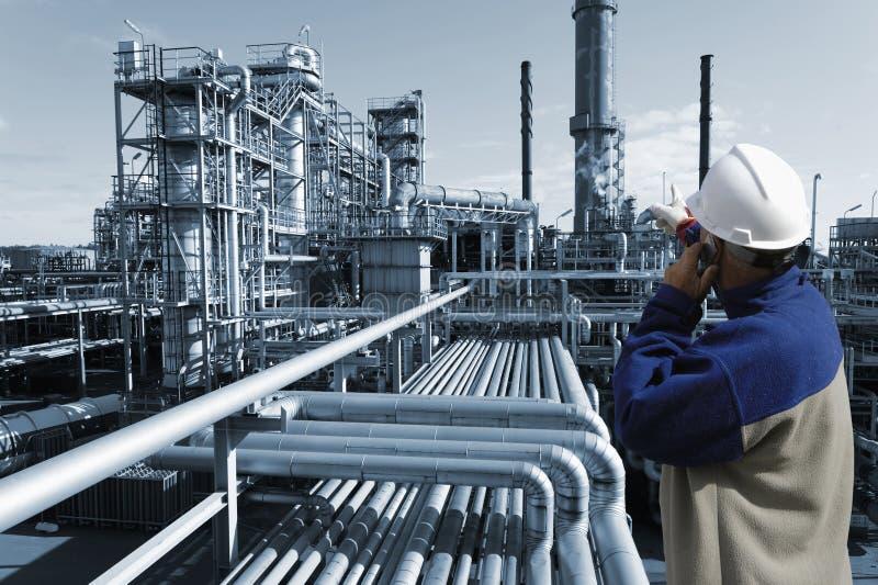 Ingenieur und Erdölraffinerie lizenzfreie stockfotografie