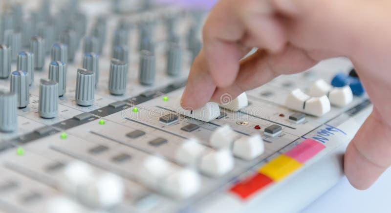 Ingenieur of van de muziekproducent het controleren geluidsopnamestudio die bureau mengen royalty-vrije stock afbeeldingen