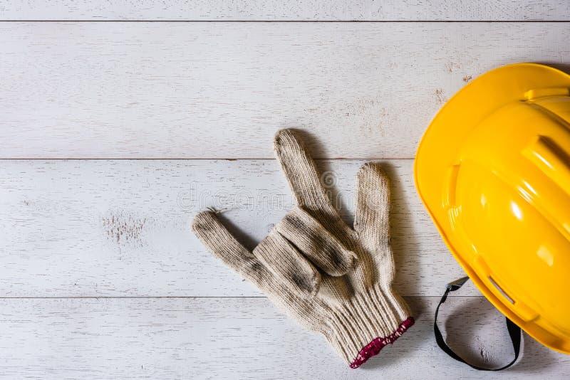 Ingenieur of voormanveiligheidshelm en handschoen stock afbeelding