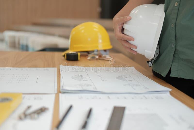 Ingenieurarchitektenarbeitskraftholding-Schutzhelm Hardhat mit Betrug stockfotos