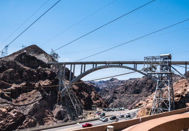Ingenieurbauwerk von Hooverdamm, Nevada Bogenbrücke über dem Colorado Schattenbild des kauernden Geschäftsmannes stockfoto