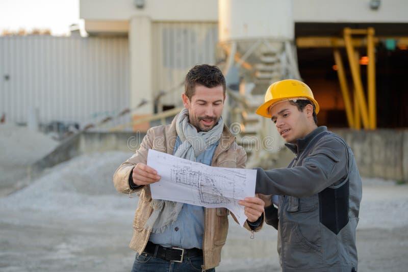 Ingenieure außerhalb der Elektroindustrie lizenzfreies stockbild