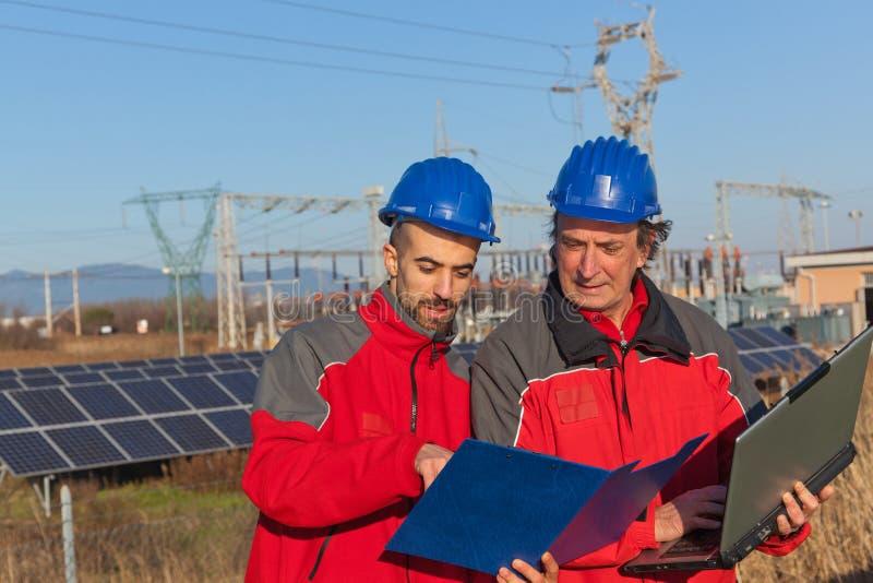 Ingenieure bei der Arbeit lizenzfreies stockfoto